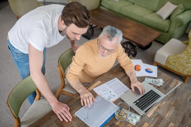 Trabajo en equipo. dos hombres trabajando juntos en un proyecto y buscando involucrados