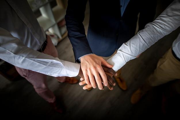 Trabajo en equipo empresarial unir manos
