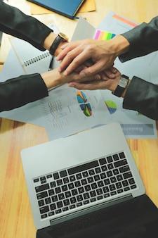 El trabajo en equipo, el equipo conecta el concepto de unión de manos