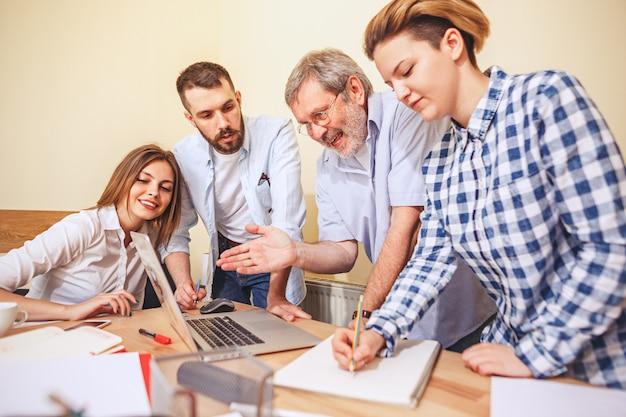 Trabajo en equipo. foto jóvenes empresarios trabajando con un nuevo proyecto en la oficina