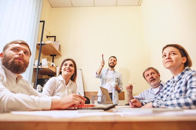 Trabajo en equipo foto jóvenes empresarios trabajando con nuevo proyecto en oficina