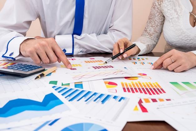 Trabajo en equipo en gráficos y diagramas de negocios