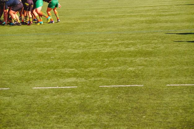 El trabajo en equipo de un grupo de jugadores de rugby empujados juntos en la misma dirección.