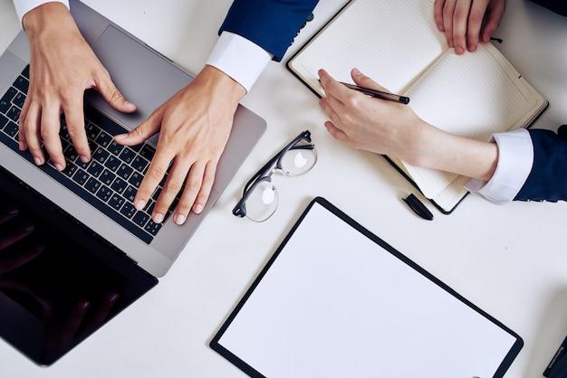 Trabajo en equipo de hombre y mujer de negocios en la oficina con tecnología portátil