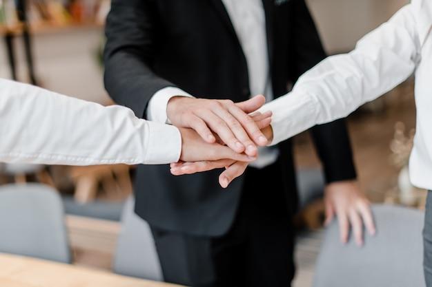 Trabajo en equipo con las manos juntas