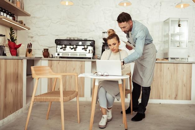 Trabajo en equipo. marido y mujer trabajando juntos con concentración en su proyecto empresarial en una cafetería.