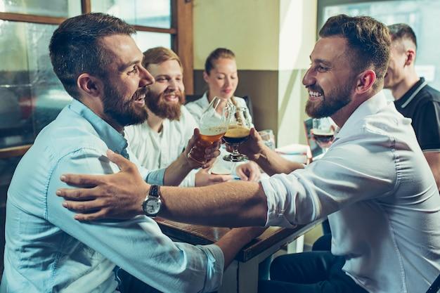 Trabajo en equipo mientras se relaja en pub