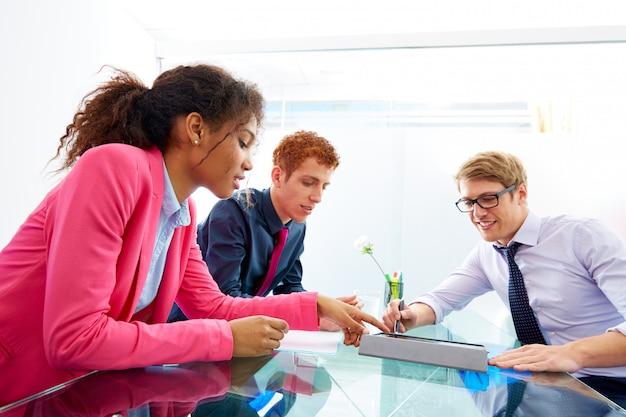 Trabajo en equipo multiétnico de jóvenes empresarios.