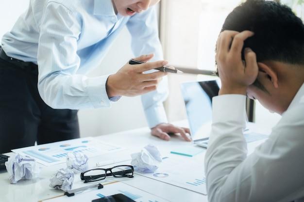 Trabajo en equipo de negocios culpando al compañero y discusión seria.