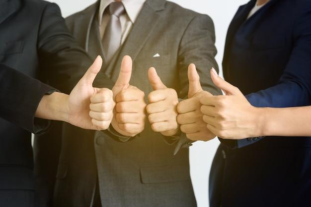 Trabajo en equipo de negocios muestran las manos con el pulgar hacia arriba, muy bueno