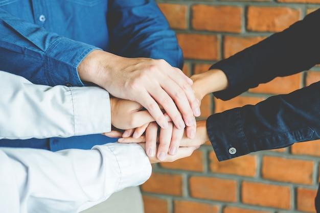 Trabajo en equipo de negocios uniendo el espíritu de equipo de manos colaboración
