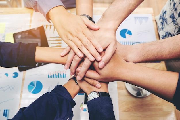 Trabajo en equipo de negocios unir manos espíritu de equipo concepto de colaboración