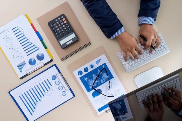 Trabajo en equipo reporta concepto contable analizando financiero.