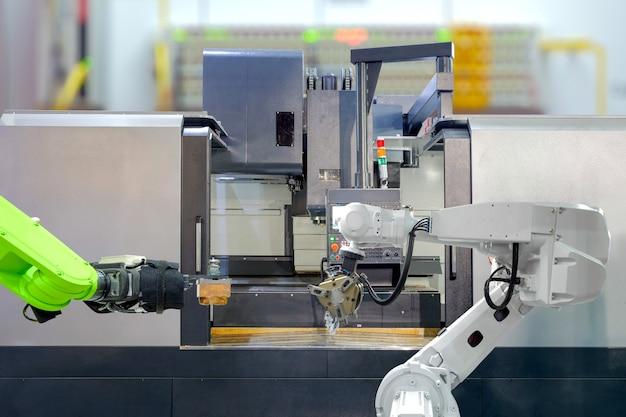 Trabajo en equipo de robótica industrial en el trabajo con máquina de torno cnc en fábrica inteligente