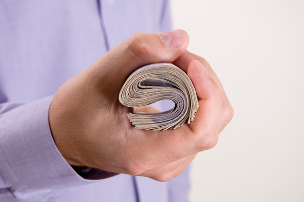 El trabajo exitoso está hecho. cerrar la vista de las manos del empresario sosteniendo una libras británicas