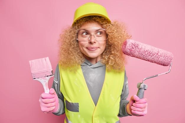 Trabajo manual vestido con casco protector uniforme