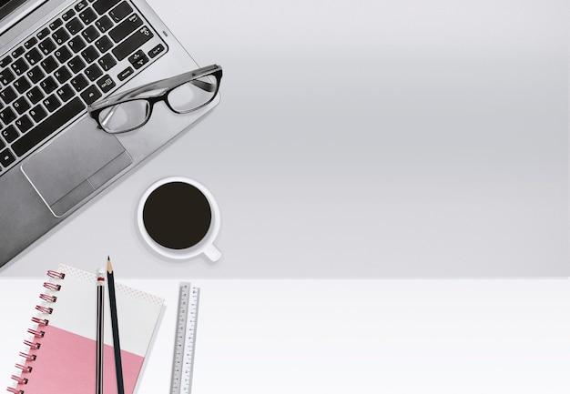 Trabajo de oficina de negocios, concepto de educación. portátil y libreta con taza de café.