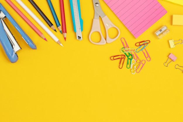 Trabajo que requiere equipos como pintura y papel y mucho más.