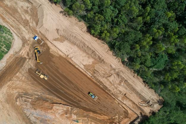 Trabajos de construcción de carreteras en vista aérea.