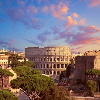 Trabajos de construcción del coliseo en roma, italia.