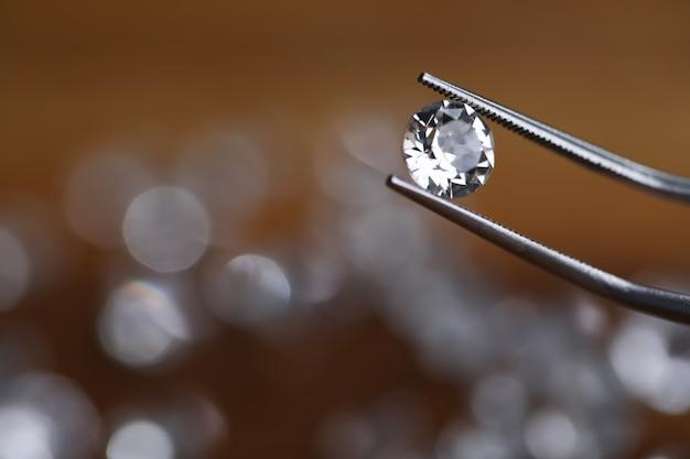 Trabajos de joyería minuciosos, mirando diamantes.
