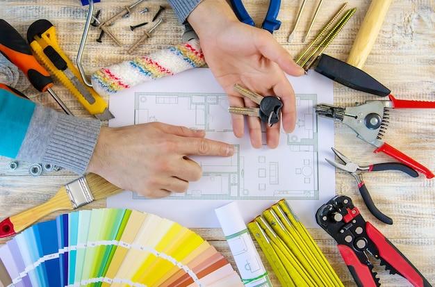 Trabajos de renovación para seleccionar el color de la pintura según la paleta. enfoque selectivo. plan