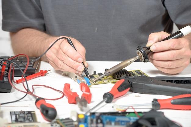 Trabajos de soldadura en la computadora