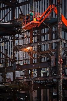 Trabajos de soldadura de metales en el sitio de construcción.