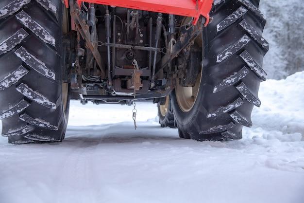 Tractor limpia el camino de la nieve en invierno