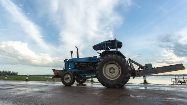 Tractor trabajando en la granja, un moderno transporte agrícola.