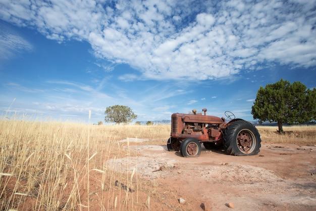 Tractor viejo en paisaje rural