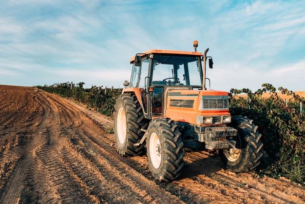 Tractor en un viñedo