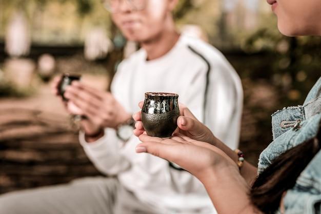 Tradición asiática. jóvenes relajados disfrutando de su tiempo libre mientras beben té sabroso
