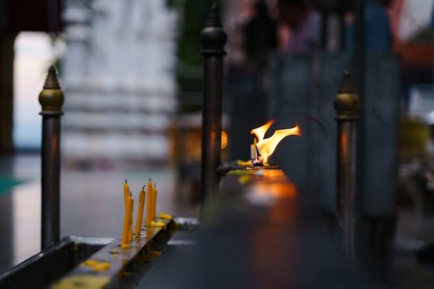 Tradición budista para encender una vela por la oración.