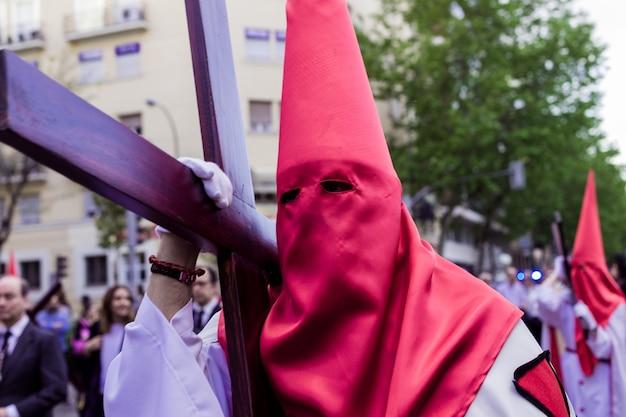 Tradición popular tradicional en semana santa procesión española