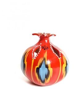 Tradicional candelabro de cerámica uzbeka granada aislado sobre fondo blanco