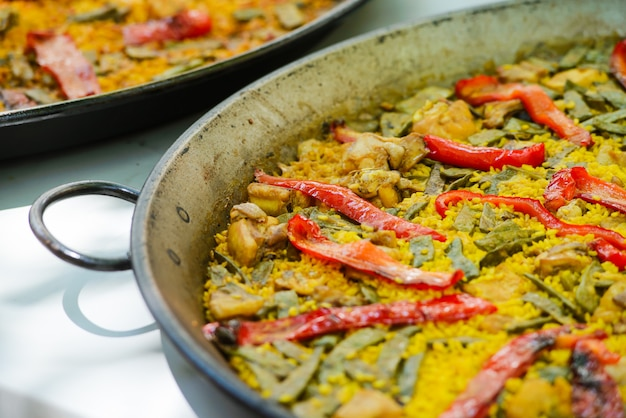Tradicional plato de paella española con langostinos y mejillones.
