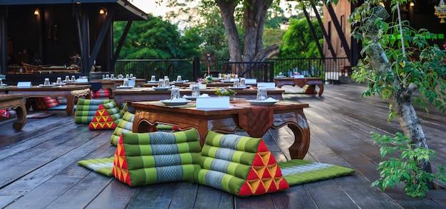Tradicionales mesas de recepción de banquetes clásicos tailandeses