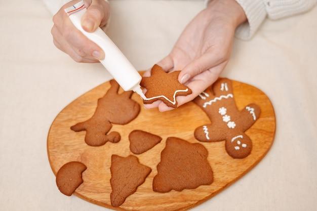 Tradiciones para celebrar navidad y año nuevo haciendo dulces de jengibre para hornear decoraciones