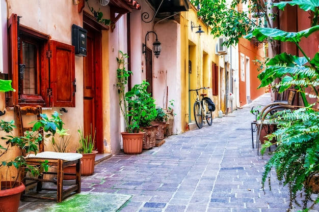 Traditioanl coloridas calles estrechas de la ciudad griega de rethymno, isla de creta