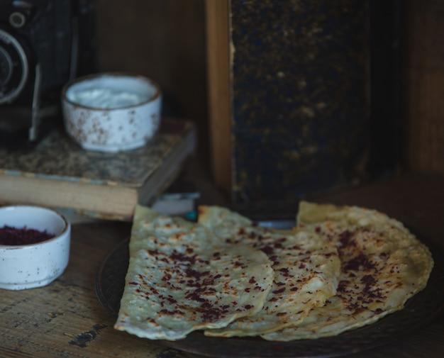 Traditionla comida kutab con hierbas y especias.