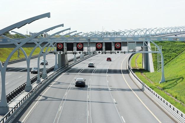 Tráfico de automóviles en el diámetro de alta velocidad del noroeste de san petersburgo