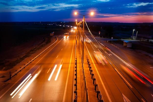 Tráfico en la autopista en el crepúsculo.
