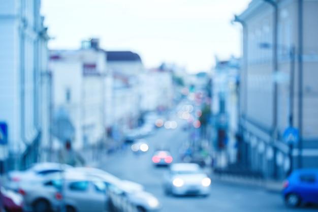 Tráfico borroso en la calle de la ciudad
