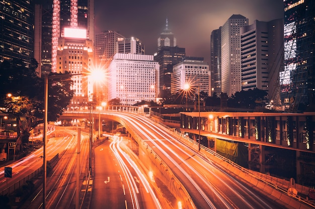 Tráfico de la calle al atardecer crepuscular en hong kong.