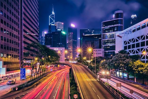 Tráfico de la calle en hong kong en la noche