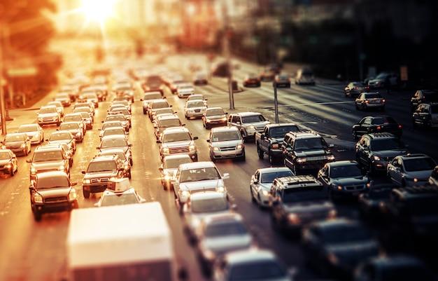 Tráfico de la carretera en la puesta del sol