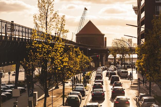 Tráfico en hamburgo al atardecer, carretera transitada con coches