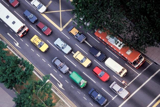 Tráfico en intersección urbana