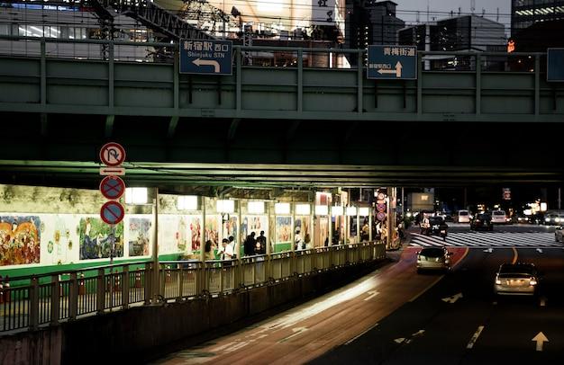 Tráfico de noche en la ciudad con gente.